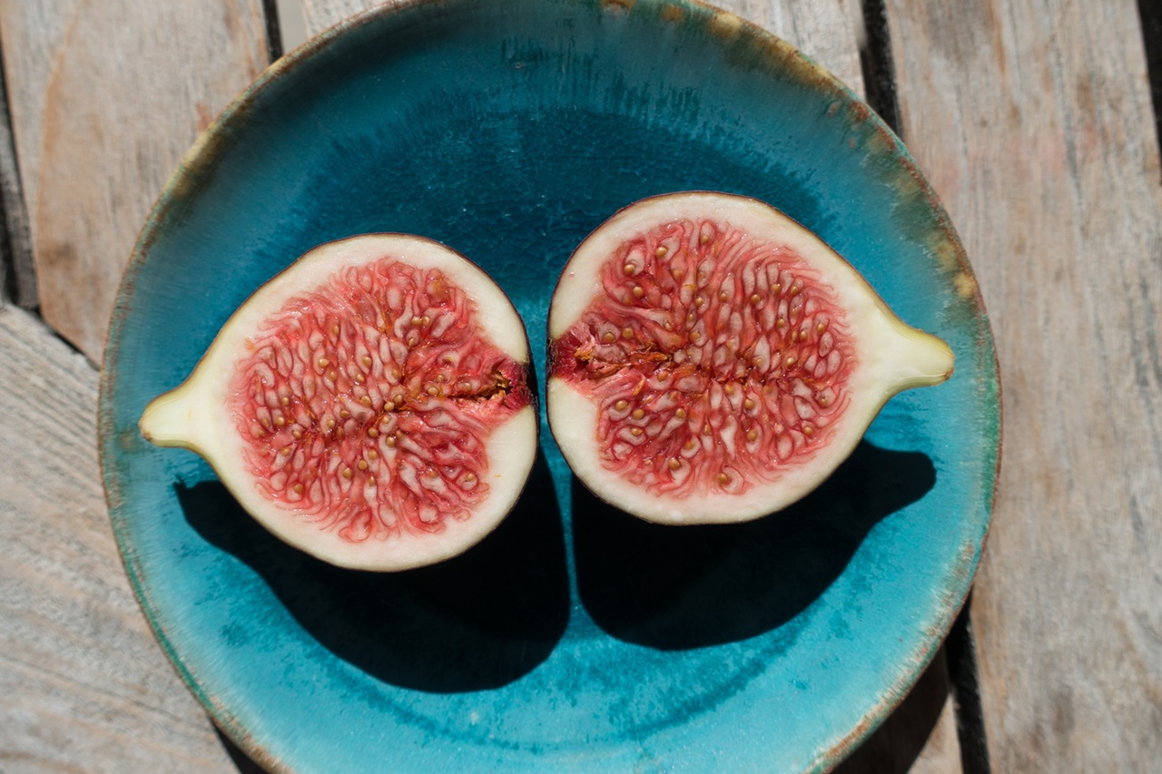 fig-sliced-plate-wooden-table