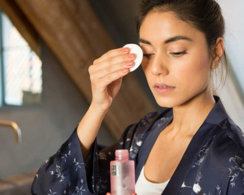 Why Washing Your Face With Oil Is Better Than Facial Cleansers
